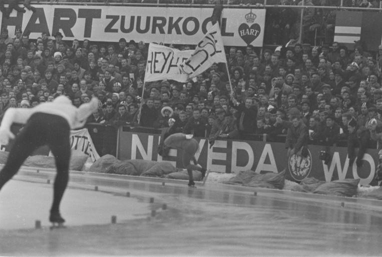 Cees Verkerk kwam ten val tijdens de 10.000 meter in het IJsselstadion in Deventer. Beeld anp