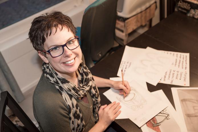 Kris van der Werve tekende het ontwerp voor De Verbinding in haar atelier in Noordgouwe.