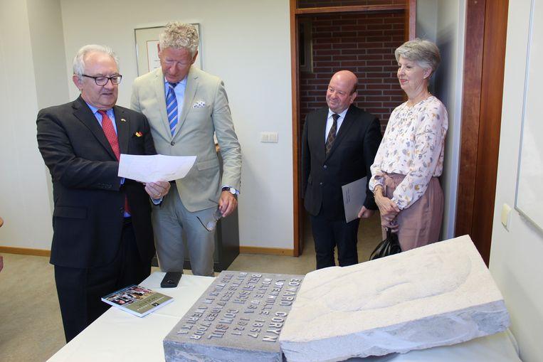 Huidig consul Patrick van Nevel (links) kwam de gedenksteen bekijken in het gemeentehuis van Aalter.