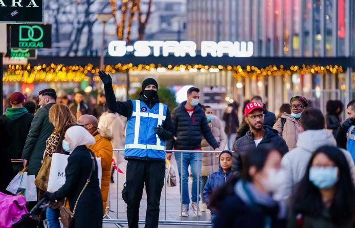 Beveiligers wezen mensen afgelopen weekeinde op het eenrichtingsverkeer op de Lijnbaan in het centrum van Rotterdam.
