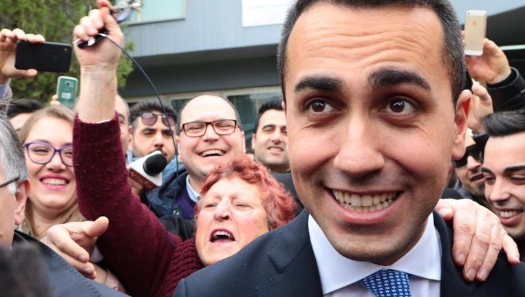 Luigi Di Maio tussen zijn aanhangers na het uitbrengen van zijn stem op zondag in Napels. Beeld AFP