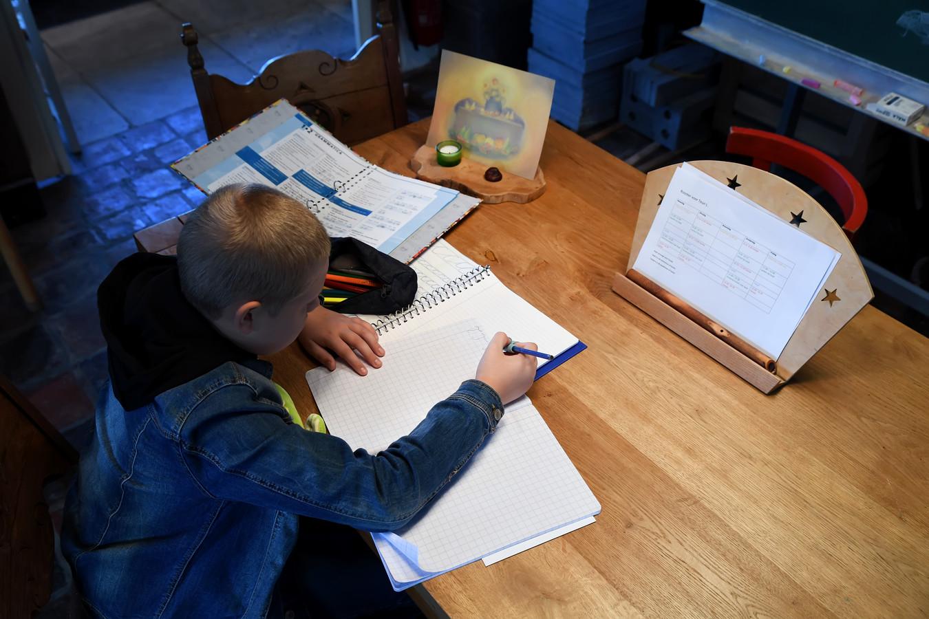 De 13-jarige Rob was een 'thuiszitter', maar volgt nu weer lessen, bij Kleinschalige Groene Zorg van Famke Meerhoff.