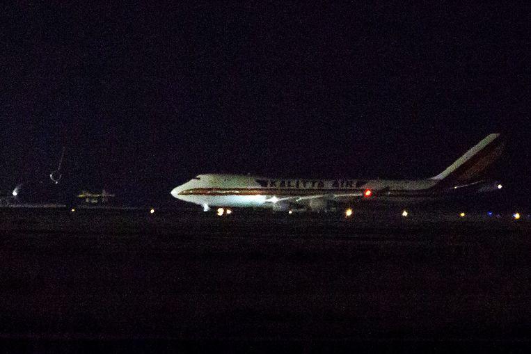 Het vliegtuig komt vanuit Japan aan op de legerbasis in Californië.