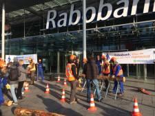 Actievoerders protesteren met kettingzagen bij Rabobank tegen ontbossing