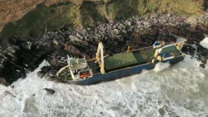 Op drift geslagen spookschip spoelt na bijna anderhalf jaar aan voor Ierse kust door storm Dennis