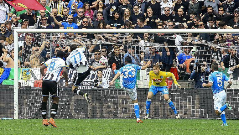 Cyril Thereau van Udinese scoort tegen Napoli. Beeld ap