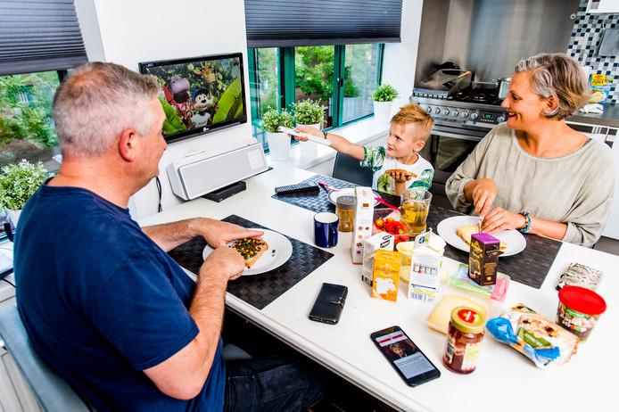Venus Lurks aan tafel met man Peter en zoon Bink.