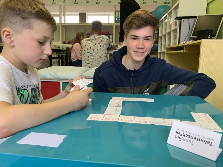 Leerlingen testen het spel uit.