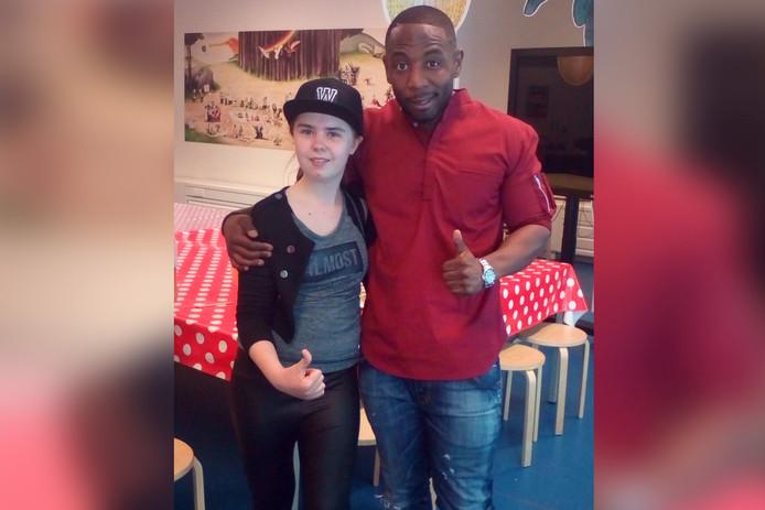 Victoria Dolna (13) met rapper Winne. Victoria won de kinderboekenrapwedstrijd.