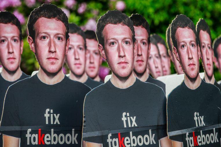 Kartonnen afbeeldingen van Facebook-ceo Mark Zuckerberg tijdens een demonstratie tegen Facebook na het Cambridge Analytica-schandaal. Beeld EPA