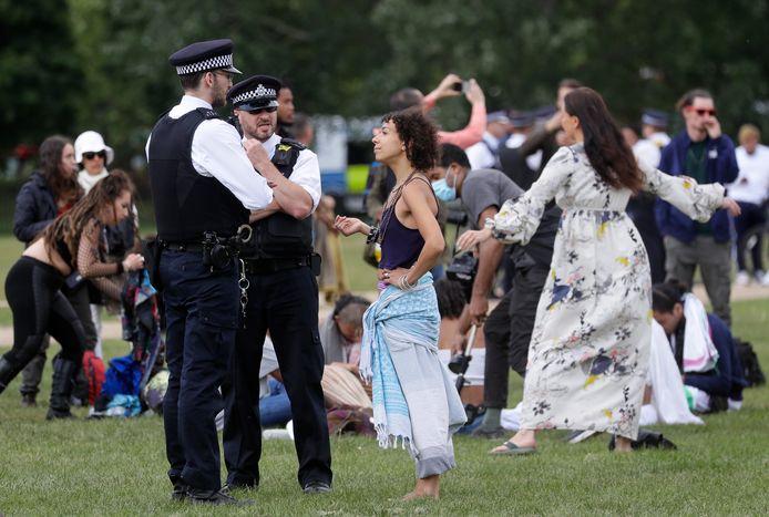 200 personnes se sont réunies samedi à Londres pour manifester contre le maintien du confinement. Les mesures interdisant toujours de se réunir en groupe, six personnes ont été arrêtée au cours de la réunion située à Hyde Park, a affirmé à l'AFP la police londonienne.