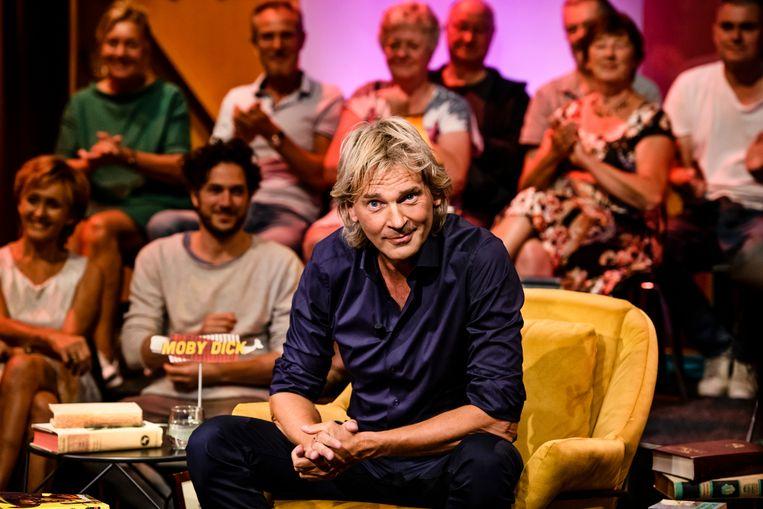 Van Nieuwkerk in de setting van zijn boekenprogramma Beeld Annemieke van der Togt