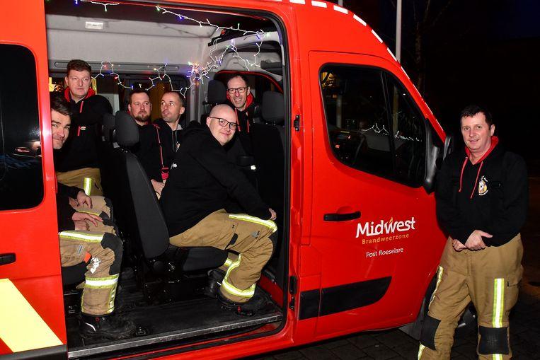 De luim zat er al goed in, bij het vertrek. Kerstlichtjes mochten niet ontbreken in het busje.