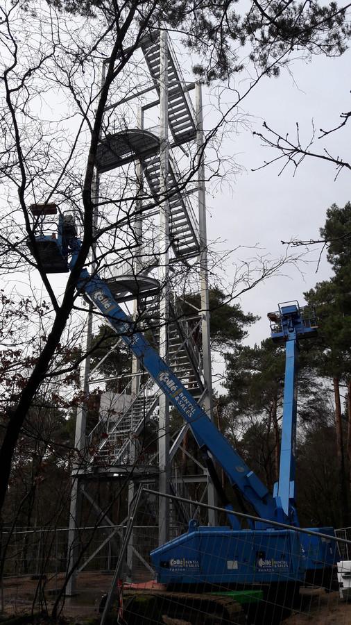 De uitkijktoren op Herperduin is al bijna op hoogte. Alleen het bordes moet er nog bovenop geplaatst worden.