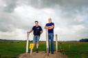 Patrick Greup (links) op archiefbeeld bij de plek waar jaarlijks het motorcrosscircuit nabij Bergharen wordt opgebouwd. Greup won zondag bij het zijspannen.