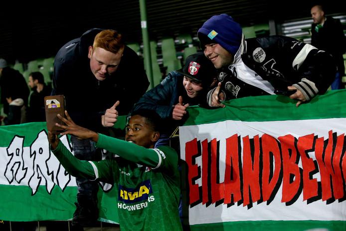 Quincy Hogesteger gaat op de foto met fans na de wedstrijd tegen Roda JC.