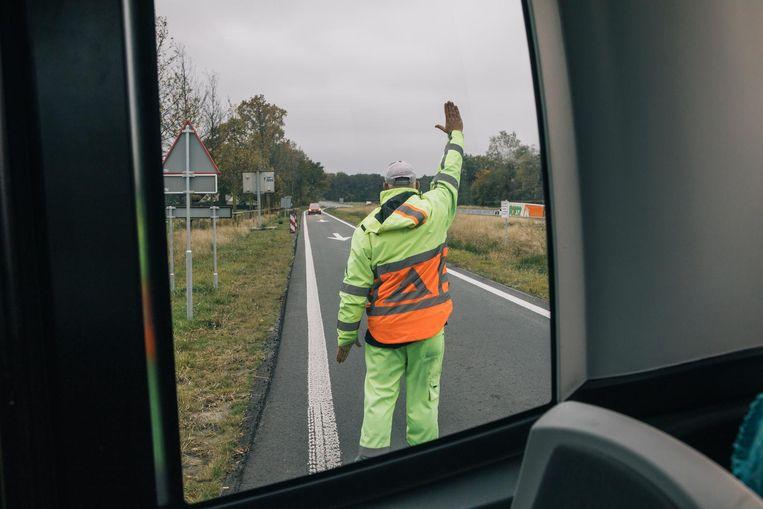 Vijf verkeersregelaars - op een traject van twee kilometer - werden ingezet om het gewone verkeer met de busjes te laten omgaan. Beeld Marcel Wogram
