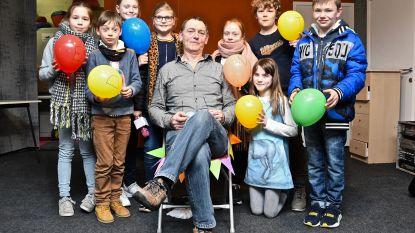 """Meester Dirk (61) neemt afscheid van De Graankorrel: """"Veertig jaar geleden hadden we niet eens stromend water, nu is het een bloeiende school"""""""