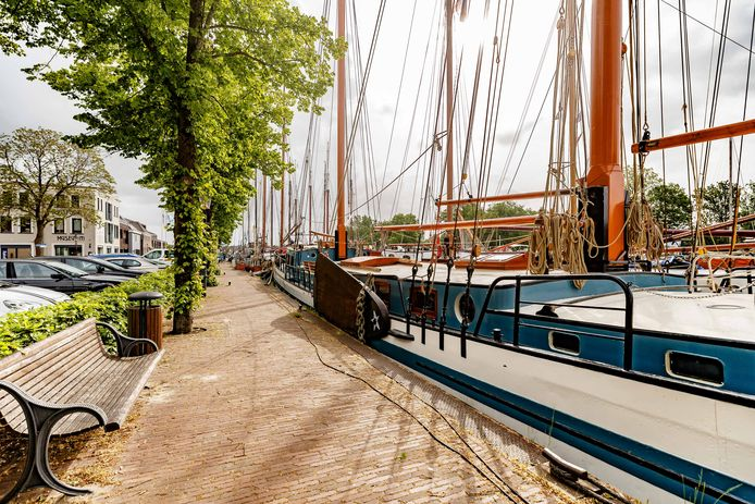 Lege handelskade. De stilte op en aan de kade in Zwartsluis, waar onder normale omstandigheden tienduizenden mensen hadden gelopen tijdens de Nationale Sleepbootdagen om zich te vergapen aan de oude schepen.
