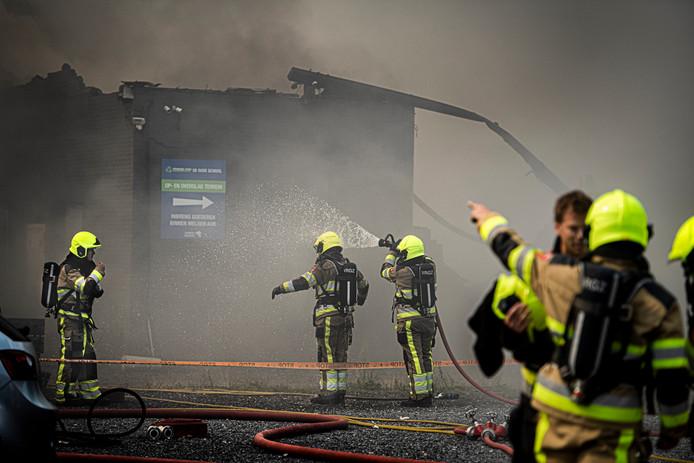 Brandweer in actie bij de kringloopwinkel in Beneden-Leeuwen.