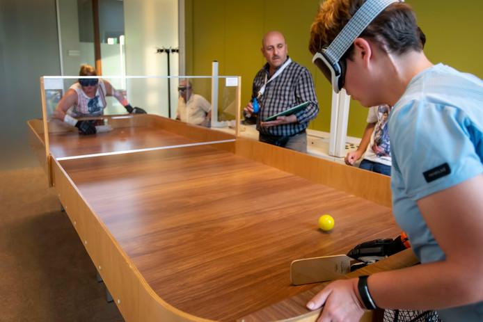 Showdown is een soort airhockey voor blinden en slechtzienden. Er wordt elke week gespeeld bij MFA Symfonie in Tilburg.