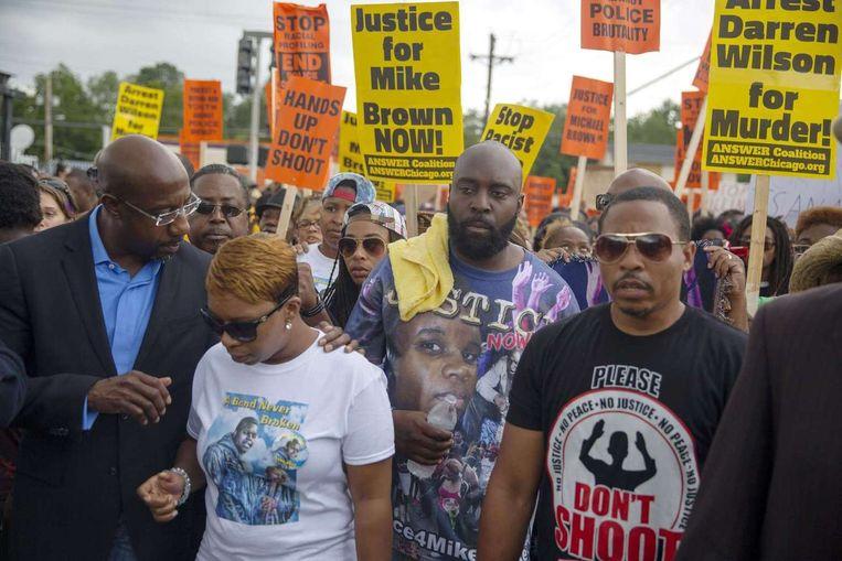 De ouders van Michael Brown (links) bij een protestmars voor hun zoon in Ferguson. Beeld afp