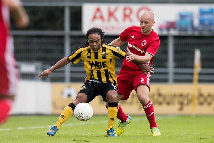Kees van Buuren (rood shirt) als voetballer bij Almere City, duellerend met Marvin Wijks van Rijnsburgse Boys.  Hij gaat de Vitesse Voetbalschool leiden.