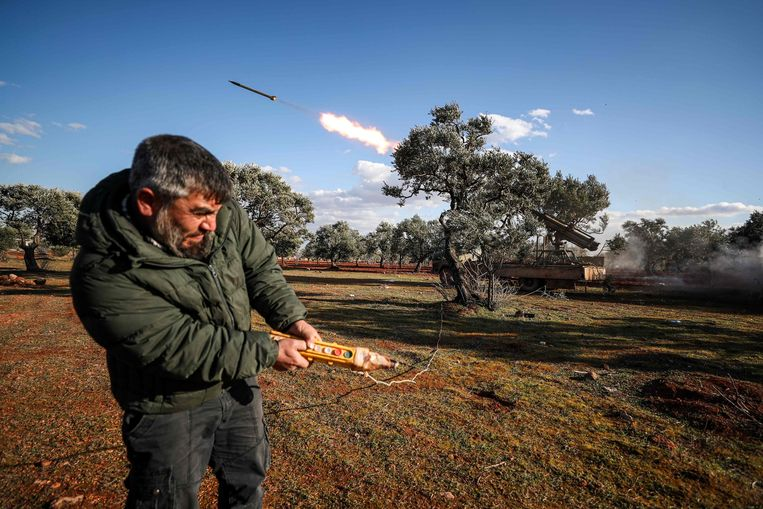 Een Syrische rebel vuurt op afstand een raket af die is gemonteerd op een vrachtwagen in een veld in de buurt van Idlib. Doelwit zijn de regeringstroepen.  Beeld null