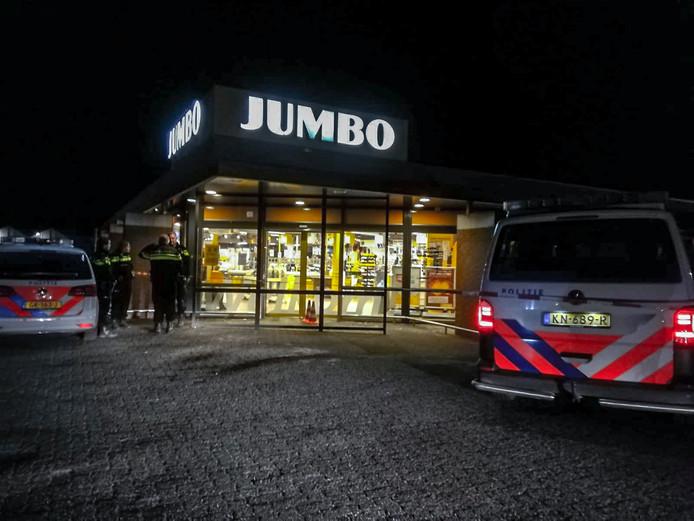 GROESBEEK - De Jumbo aan De Meent in Groesbeek is vrijdagavond door meerdere personen overvallen.  Omstreeks 21.00 uur werd de overval gepleegd. Volgens een getuige rende drie personen met donkere hoodies weg.  Het is niet bekend of de daders buit hebben gemaakt bij de overval. De politie is een uitgebreid onderzoek gestart.   Foto: Persbureau Heitink