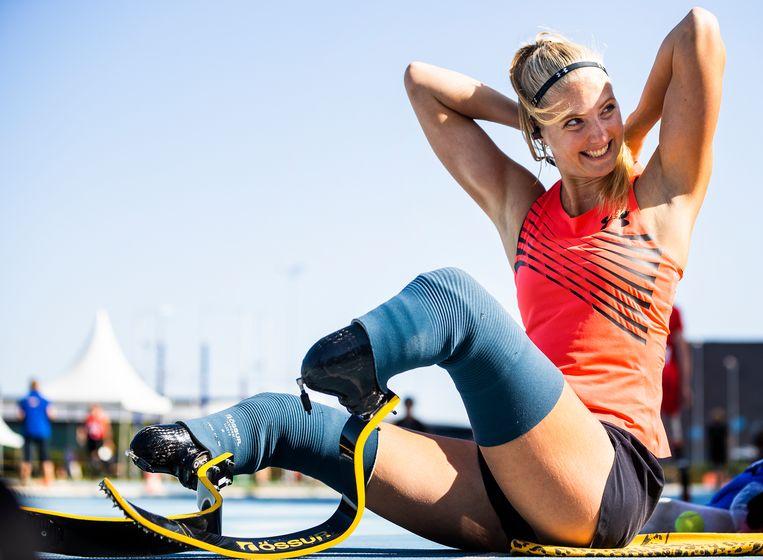 Fleur Jong bereidt zich voor op haar 100 meter.  Beeld Jiri Büller / de Volkskrant