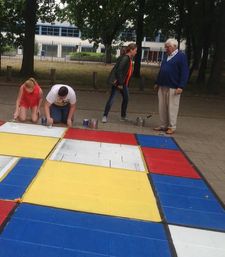 Wil Kruis en leerlingen maken De Stijl-monument in Wijchen