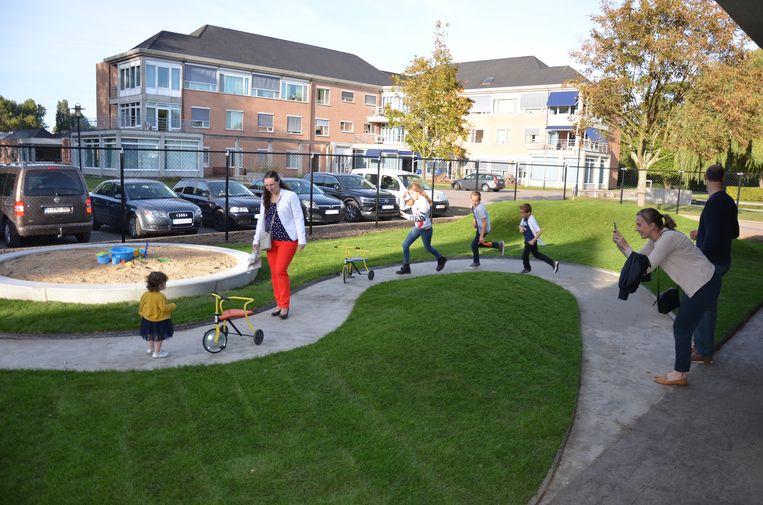 De tuin van het nieuwe kinderdagverblijf paalt aan de site van het woonzorgcentrum Hof van Eksaarde.