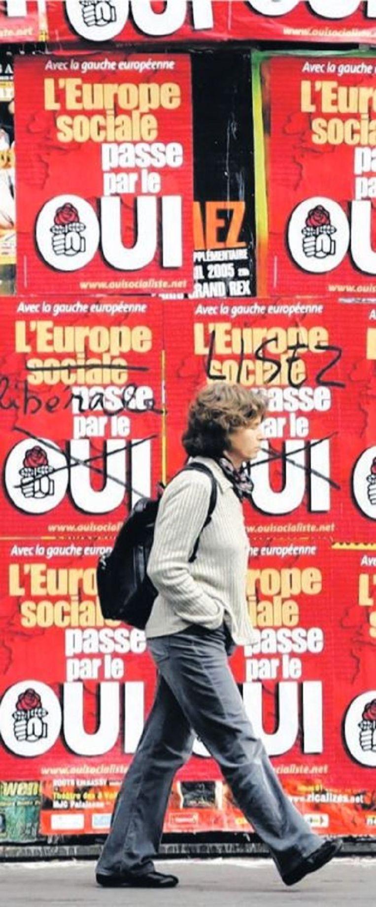 Posters voor de campagne voor het Franse referendum over de Europese grondwet in 2005 Beeld Charles Platiau
