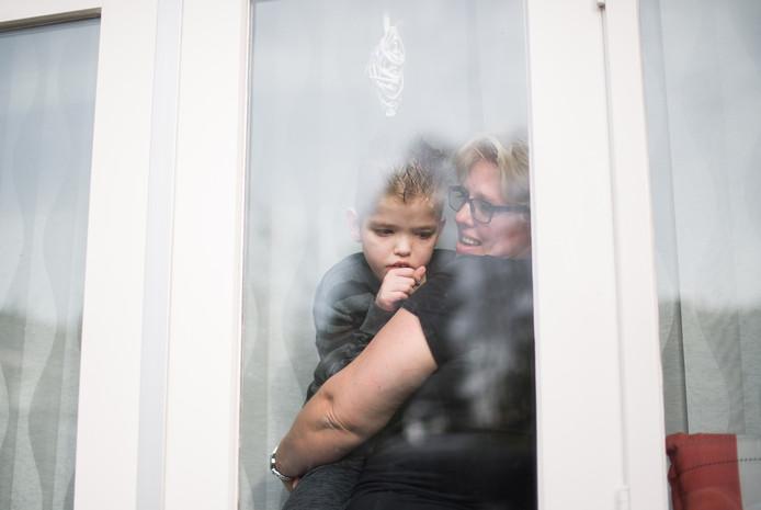 Mandy Danen met zoon Jarno. Ze zijn nog steeds in afwachting van een nieuwe bus. Archieffoto.