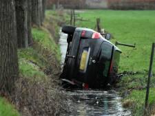 Automobiliste belandt op zijkant in sloot in Olst