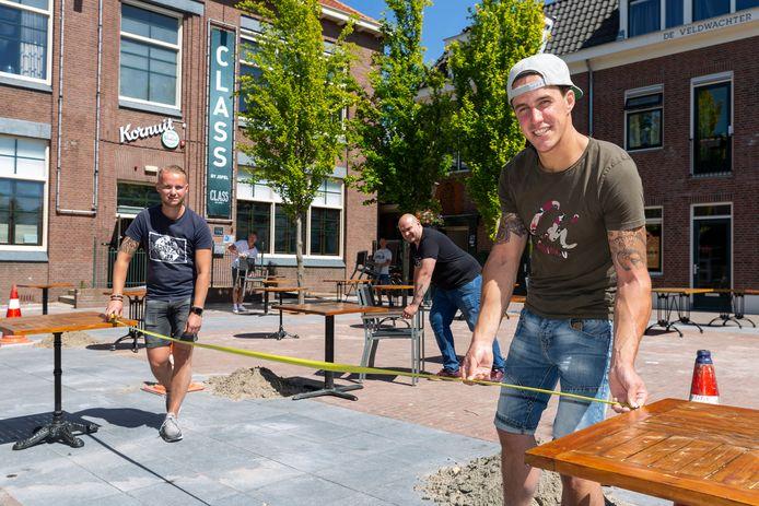 Bengt Aanen (r) en Bob Meijer van Class by Jofel zijn momenteel druk bezig om hun terras coronaproof te maken voor komende maandag.
