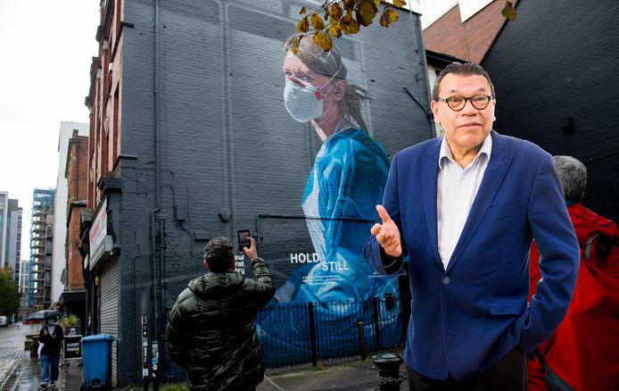 Roy Grünewald met de muurschildering in Manchester op de achtergrond. Zo'n soort muurschildering zou Grünewald ook graag in Gorinchem zien.