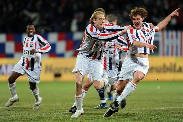 Arjan Swinkels (rechts) heeft eind december 2008 3-2 tegen Sparta gemaakt; Frank Demouge, die even daarvoor een penalty miste is net zo blij met de treffer.