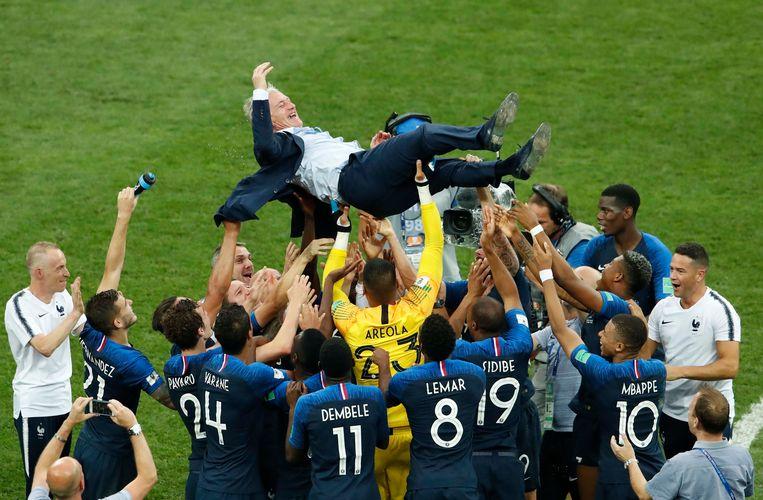 De Franse bondscoach Didier Deschamps gaat op de schouders en zelfs nog hoger, na de gewonnen finalewedstrijd tegen Kroatië, die Les Bleus wonnen met 4-2. Frankrijk mag zich voor het eerst sinds 1998 weer wereldkampioen voetbal noemen. Beeld REUTERS
