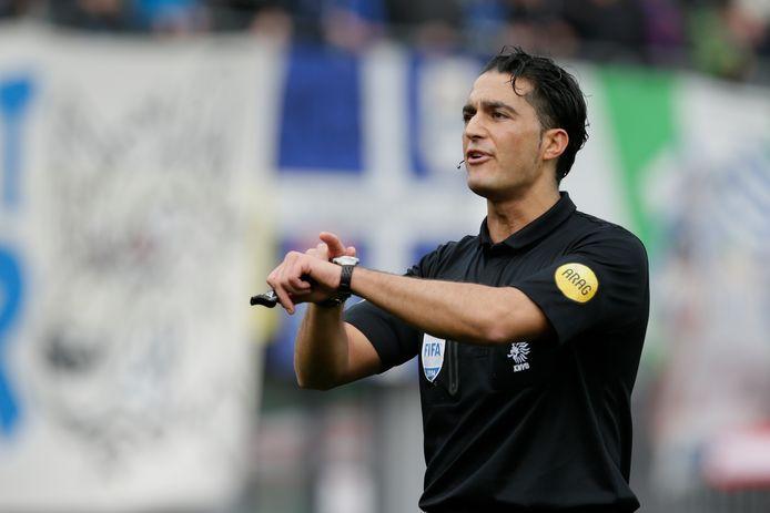 Serdar Gözübüyük in actie. archieffoto Pedro Sluiter/VI Images Referee Serdar Gozubuyuk