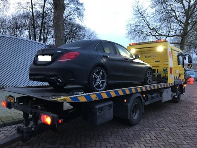 Politie neemt Mercedes in beslag bij witwasactie.