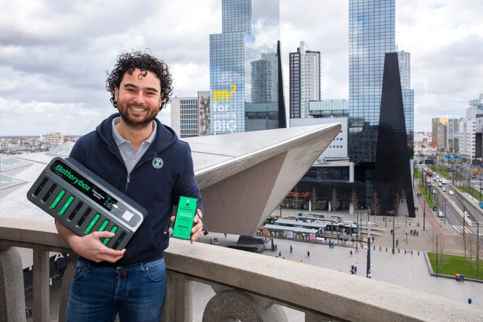 Ondernemer Tacco Marijnen begon eind maart het bedrijfje Batterybox in Rotterdam. Het lenen van powerbanks in het café of op school slaat aan, ook Amsterdam staat inmiddels vol met 'batterijboxen'.
