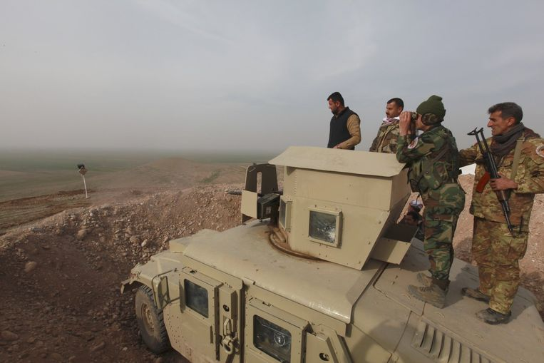 Koerdische strijders iets buiten Mosul, de tweede stad van Irak. Beeld reuters