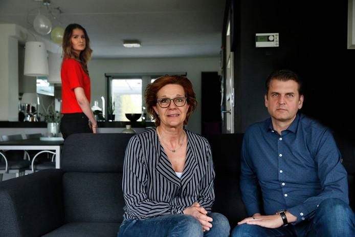 Geert Reynders en zijn vrouw Anita. Op de achtergrond hun dochter.