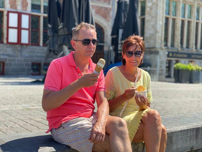 Kristof en Martine genieten van een ijsje op de Graslei.