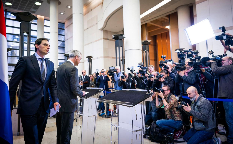 Minister Wopke Hoekstra van Financiën en zijn Franse ambtgenoot Bruno Le Maire vrijdag bij de persconferentie in Parijs naar aanleiding de situatie Air France-KLM.  Beeld Foto FREEK VAN DEN BERGH / De Volkskrant
