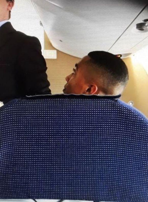 Youri Tielemans werd gespot op een vliegtuig naar Birmingham. Inmiddels is hij geland.