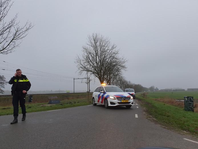 De politie heeft de Eemweg afgezet vanwege het ongeval.