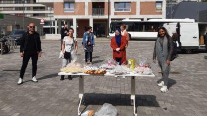 Schepen Jinnih Beels (sp.a) en Formaat vzw delen knutselpakketten uit aan jongeren Linkeroever