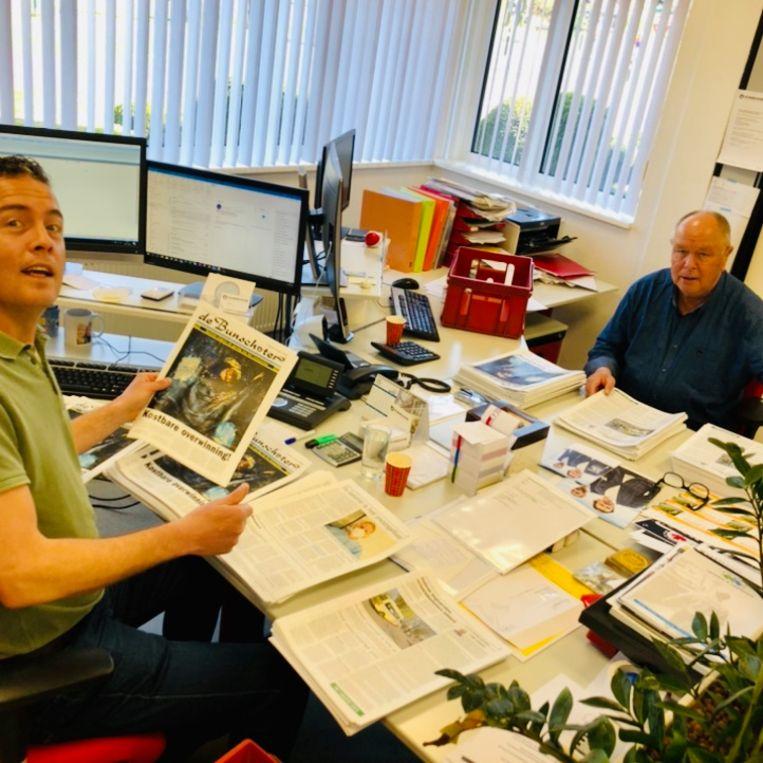 Het voltallig personeel vouwt de krant nu zelf, handmatig. Beeld Margriet Oostveen